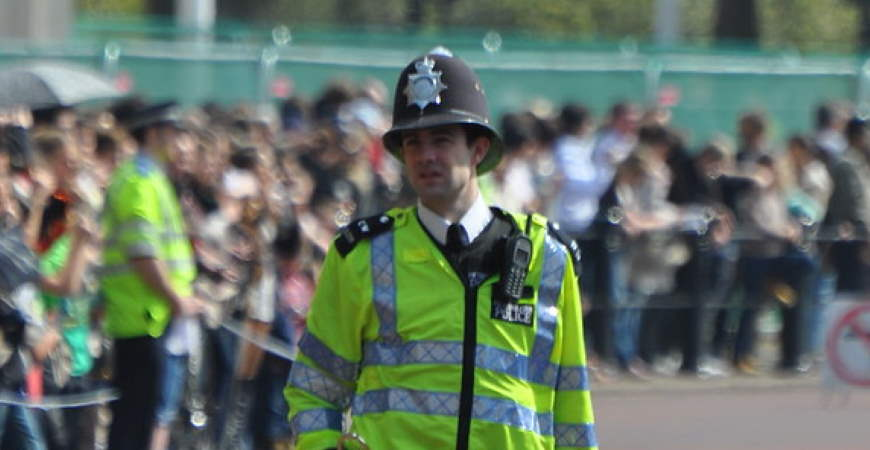 """""""Policía Británica - British Police"""" by Oscar in the middle is licensed under CC BY-NC-ND 2.0"""