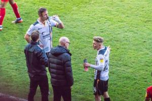 Tom Pope and Ben Whitfield talk to manager Neil Aspin